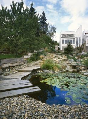 V nejnižší části zahrady je terén upraven do roviny, v níž je posazeno jezírko.