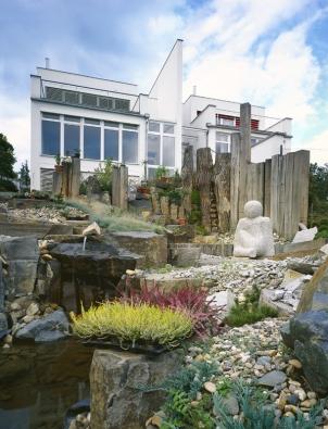 Vodní tok  dotváří společně sdalšími komponenty druh krajiny, kterou má zahrada představovat.