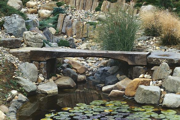 Typickým prvkem japonských zahrad je můstek. Nemusí vést pouze přes vodu, často usnadňuje cestu přes terénní nerovnost, například spojuje dva břehy vyschlého řečiště.