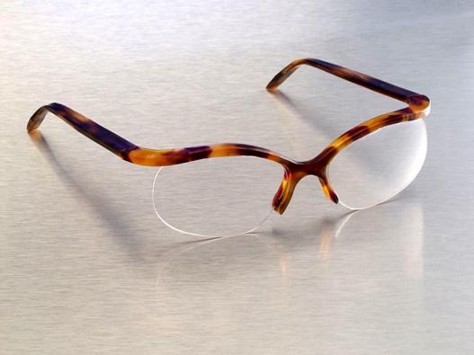 Brýle s horizontálními obroučkami, na výrobu byl použit acetát celulózy.