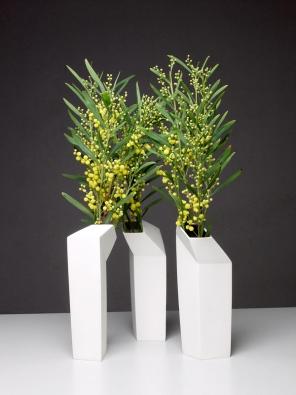 Keramická, designově zajímavá váza navržená pro stylově čisté interiéry.