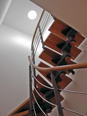 Poskytuje-li světlovod denní světlo pro schodiště, opticky vnímáte prostor jako větší  a vzdušnější (LIGHTWAY).
