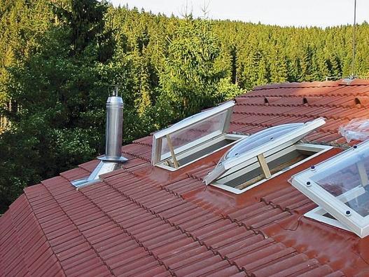 Kopulové bodové světlíky na míru lze instalovat do šikmé  i ploché střechy (zvětšují vnitřní prostor, sníh zpovrchu sjíždí). Dodává je např. firma LAM-PLAST (orientačně 8 000 až  10 000 Kč bez DPH).