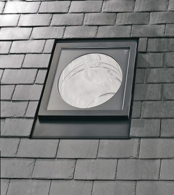 Novinkou společnosti VELUX je světlovod TLR spevným tubusem, který má integrované hliníkové lemování a vzhled malého střešního okna.