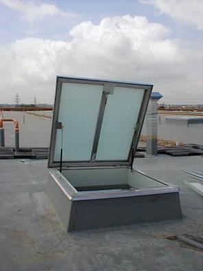 Plochý bodový světlík Dachlicht představuje jednu ze základních variant prosvětlení sedlové střechy smírným sklonem, ale uplatní se i na ploché střeše (výroba Indu-Light, prodej a montáž GRADUS).