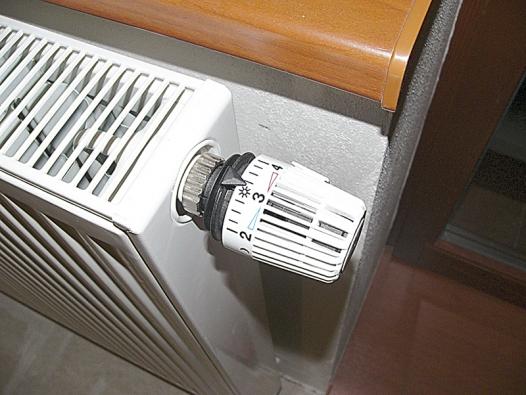 Samozřejmostí ekonomického vytápění je termoregulační hlavice. Umožňuje nastavovat teplotu nezávisle na centrálním termostatu.