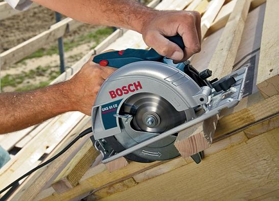 Krácení trámku profesionální pilou Bosch GKS55 CE skotoučem o průměru 160mm. Hloubka řezu 55mm, hmotnost 3,6kg. Cena: 6640Kč.
