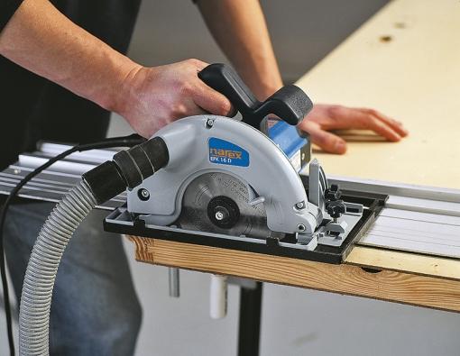 Nejpřesnější podélné řezy vyžadují použití hliníkových vodicích lišt, většinou vdélkách 750 a1500mm, nabízených jako samostatné příslušenství. Cena: cca 700 Kč/m.