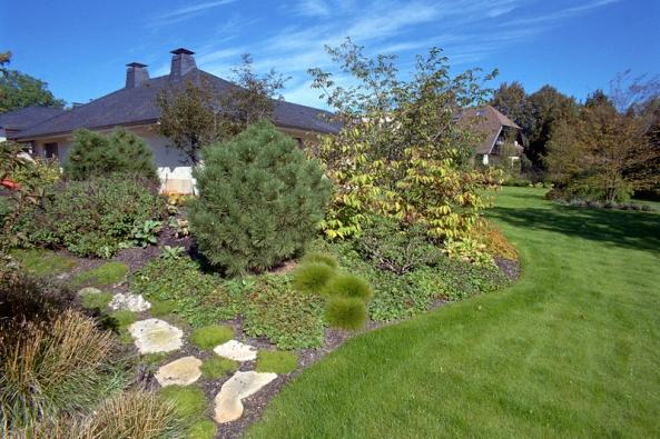 Zakrslé formy jehličnanů anižší listnaté keře dominují jižní části zahrady.