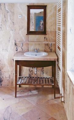 Koupelně leštěný kámen sluší, zejména žula amramor. Podstatnou roli zde samozřejmě hraje nízká nasákavost těchto materiálů  (Slezský kámen).