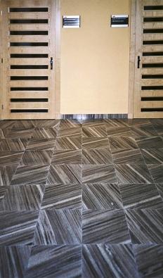Interiérová podlaha zleštěného supíkovického mramoru svýraznou kresbou. Masivní dlažební desky orozměrech 300 x 300 x 30mm (Slezský kámen).