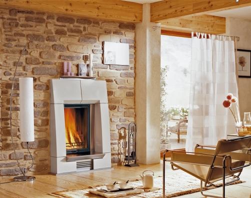 Kámen se dá dobře kombinovat se dřevem ikeramikou. Aby se co nejvíce omezilo usazování prachu na drsném povrchu aploškách výstupků kamenné stěny, je dobré tuto stěnu ošetřit penetračním nátěrem, například na bázi disperze.