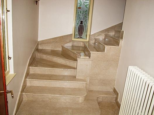 Mramorové schodiště zmateriálu Botticino Clasico je tvořeno deskami otloušťce 3cm uschodnic a2cm ubočních obkladů (Kamenictví Fojt).