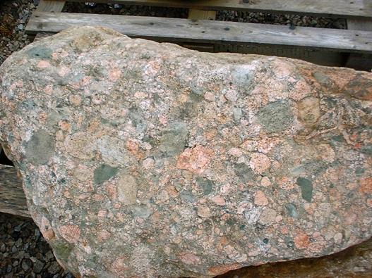 Granit vsurovém přírodním stavu čeká ještě rozřezání na desky, formátování aleštění.
