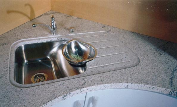 Zapracování dřezu do žulové desky se systémem odtokových kanálků (Granit Holec).