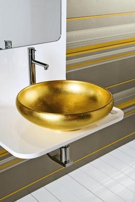 """Zlatá barva nepronikla jen do inzert obkladů, """"ryzí"""" umyvadlo představila značka Tenda Dorica, cena 23 900 Kč (IL BAGNO)."""