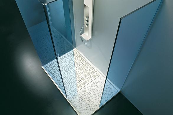 Plastické dekory se objevují na dnech umyvadel isprchových koutů, sprchová vanička s tvarovaným roštem z kolekce Concerto (Toscoquattro), cena od 55 000 Kč (IL BAGNO).