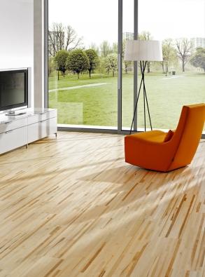 Dřevěná podlaha zkolekce Longline (Parket design), dekor Javor, cena 1166 Kč/m² (STUDIO PODLAHY HETH).