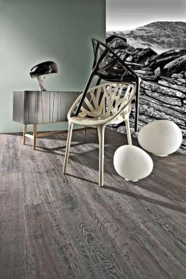 Dřevěná podlaha zkolekce Supreme Artisan (Kährs), dekor Dub Slate, třívrstvé lamely, povrchová úprava přírodním olejem, cena od 2100 Kč/m² (KPP).