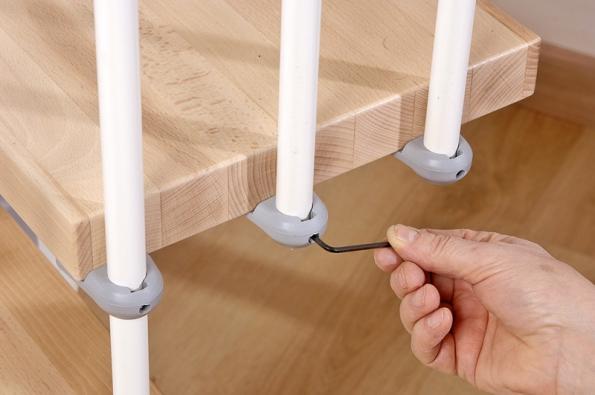 Schodiště Arké – kotvení sloupků nanášlapech je zajištěno imbusovým šroubem (J.A.P.).
