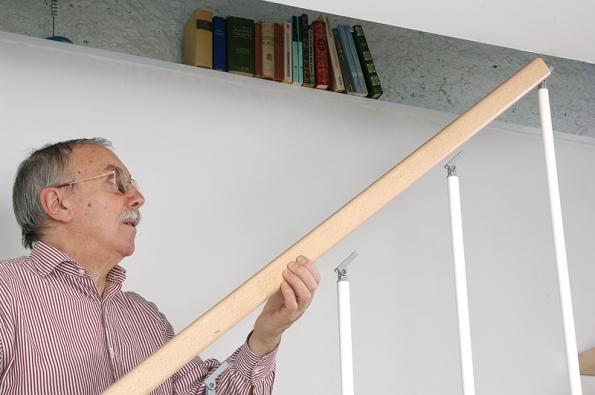 První krok při montáži madla zábradlí ustavebnicového schodiště Arké (J.A.P).