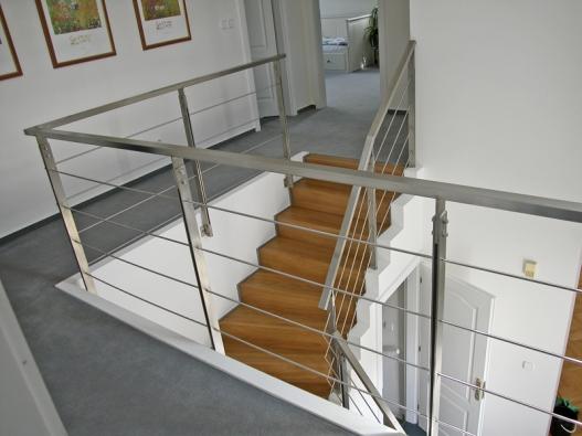 Nerezové zábradlí  se hodí dovětšiny moderních interiérů avýborně si rozumí se dřevem isklem (KMK DESIGN).