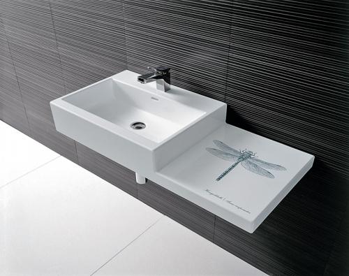 Vrodinné koupelně lze pak jednotlivá umyvadla nebo umyvadlové mísy umístit vrůzných výškách.