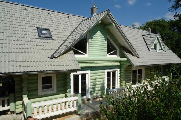 Srubový dům oděný do barvy.