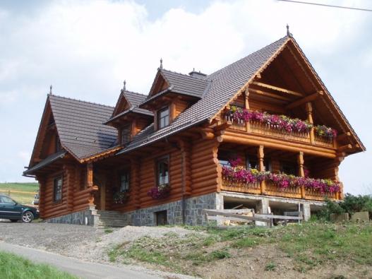 Přirozené bydlení v dome z přírodních materiálů.