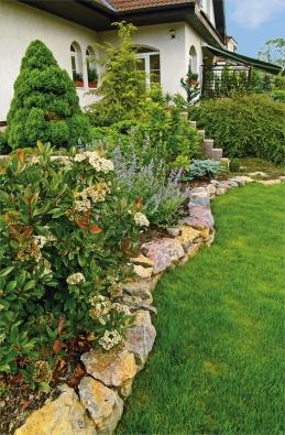 Díky vhodnému začlenění původních dřevin do nové kompozice působí zahrada starším avíce vzrůstným dojmem.
