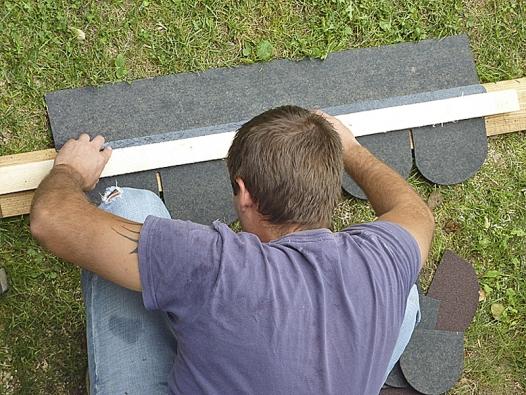 Šindele, které budou na okrajích, se musí vnašem případě rozměrově upravit.