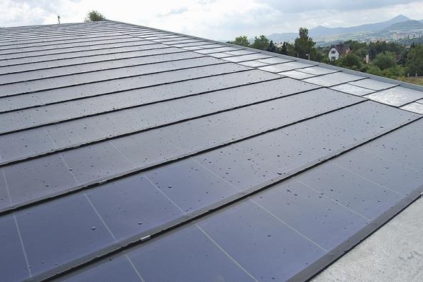 Fotovoltaické střešní panely jako součást šindelové střechy znamenají další zajímavou novinku (TEGOLA).