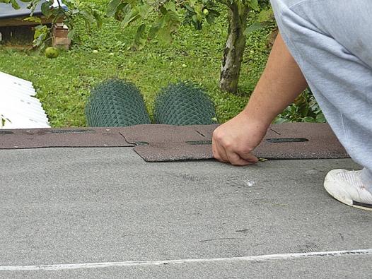 Zšindelů se odlepí krycí pásky, pak se usadí apřibijí pokovenými hřebíky zširokou hlavou.