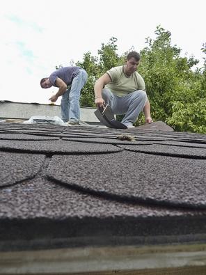Nutné je pracovat pečlivě adobře vyřešit přechody azakončení šindelové střechy.