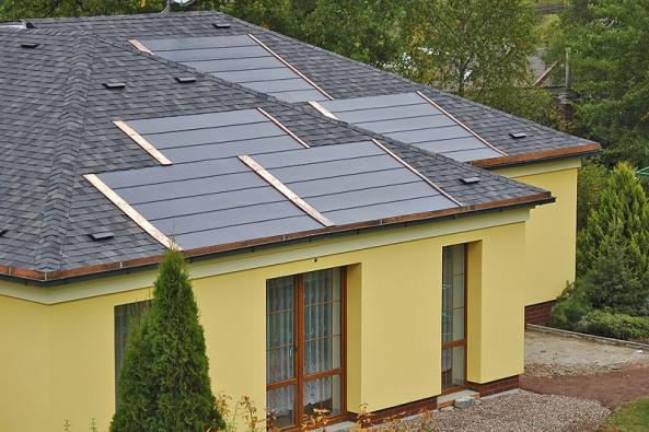 Fotovoltaické šindele Tegosolar nevyžadují žádné pomocné konstrukce, které by jinak při větru zatěžovaly statiku střechy (TEGOLA).