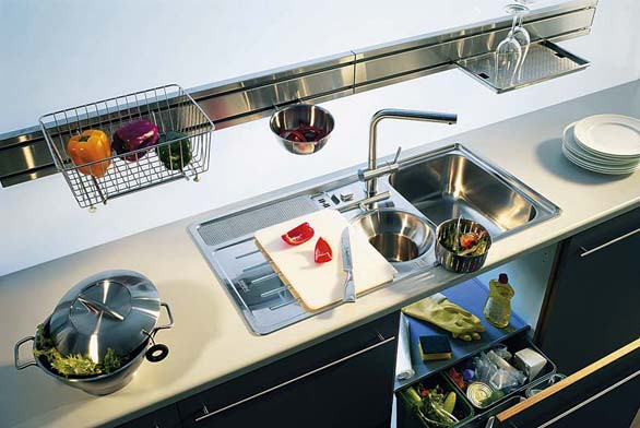 Drtič odpadu můžeme nainstalovat  i na kuchyňskou sestanu Aktive Kitchen s nerezovým dřezem, cena dřezu 16 898 Kč (FRANKE).