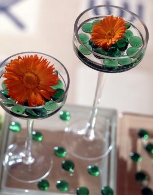 Sklenička na aperitiv je vtipným řešením pro osamocený květ. Skleněnými dekoračními valounky můžeme vnést do aranžmá další barvu.