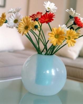 Vzásadě máme dvě možnosti: přizpůsobit výběr vázy květinám, nebo naopak hledat vhodnou kytici kváze. Vpřípadě kulatého tvaru vázy by se pravidelnost měla objevit ivúpravě aranžmá, vněmž musí vládnout především symetričnost.