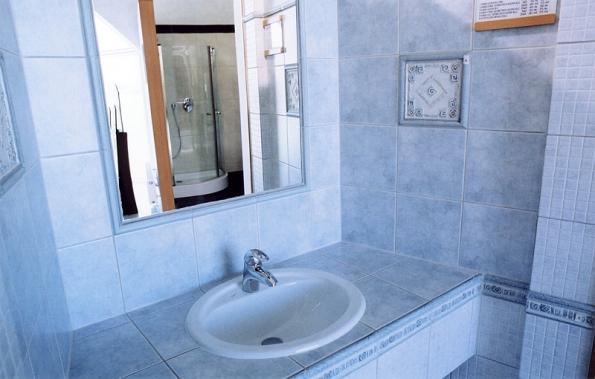 Unifikovaným koupelnám dávno odzvonilo. Bohaté nabídce obkladů sekunduje i nabídka spárovacích hmot, např. v probarvení (HENKEL).