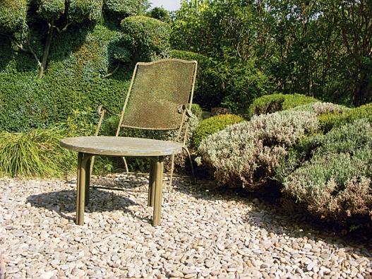 Neobvyklá židle z měděného děrovaného plechu.