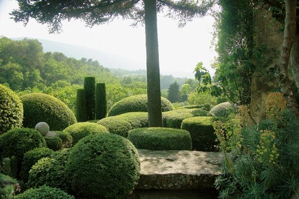 Tisy, cypřiše a nejrůznější druhy středozemních dřevin jsou stříhány do tvarů místních balvanů, které zakladatelka Nicole de Vesian tolik obdivovala.