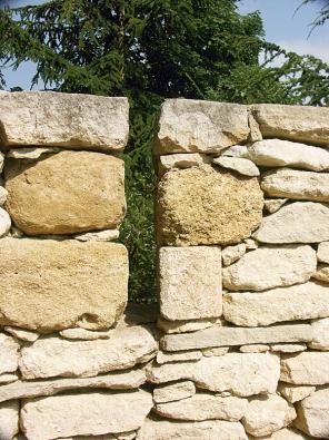 """""""Střílna"""" v kamenné zdi"""