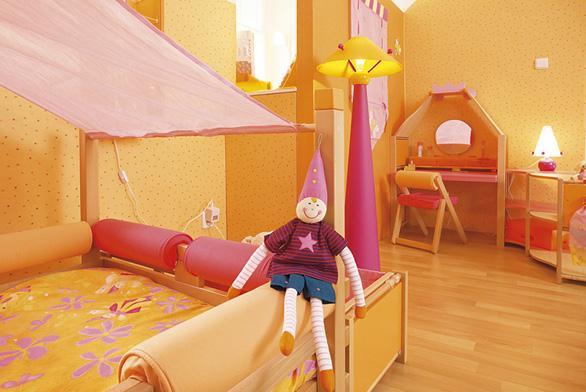 Toaletní stolek je jednoznačně dámskou záležitostí a v pokojíku malé princezny by rozhodně měl mít své místo. Kolekce Skřítci, cena 65 000 Kč (VIBEL).