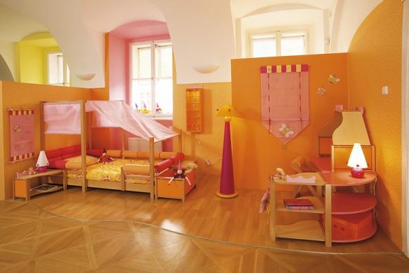 Pokojíček pro princeznu se vším potřebným, rostoucí bezpečná postýlka s nebesy, toaletní koutek se stříškou, kolekce Skřítci, celková cena 110 000 Kč (VIBEL).