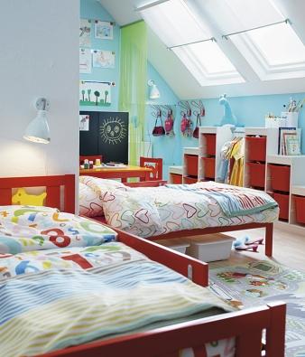 Pokojík v duhových barvách: postele Kritter za 1 990 Kč, povlečení Siffror a Hjärtan za 299 Kč, nábytková série Trofast se skládá z rámu za 1 990 Kč a krabic za 99 Kč/ks (IKEA).