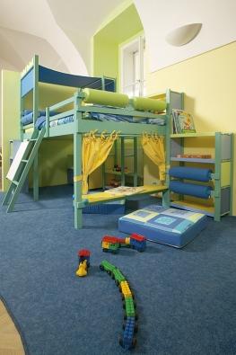 Zvýšená rostoucí postel s dostatkem úložných prostor, tabulí na kreslení, divadélkem a pohodlným posezením, kolekce Kočky, cena sestavy 147 000 Kč (VIBEL).