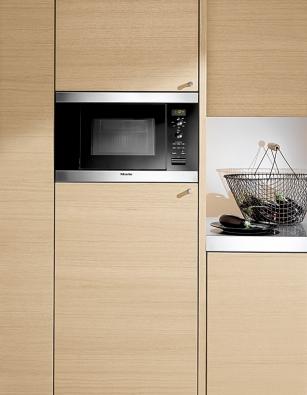 Mikrovlnka M 8160 sobjemem 17 l automaticky udržuje pokrm při nastavené teplotě, cena od 17 990 Kč (MIELE).