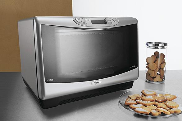 Mikrovlnka sgrilem Jet Chef JT 359 AL sobjemem 31 l ašířkou otočného talíře 36 cm, LCD displej vhorní části rukojeti. Pomocí 6. smyslu zhodnotí teplotu avlhkost vložených potravin aupraví průběh adobu vaření. Pořídíte ji za 14 990 Kč (WHIRLPOOL).