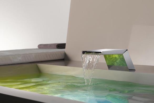 Elegantní sprchový odtok ve stěně (ilustrační fotografie)