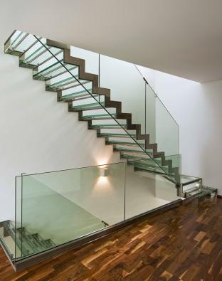 Rovné schodiště využívá pevnosti karbonových vláken, která jsou tužší než ocel vyšší pevnosti, to umožňuje, aby nášlapy byly velmi tenké azároveň bezpečné, zábradlí je zbezpečnostního čirého skla, cena odcca 1485000Kč (EEDESIGN).